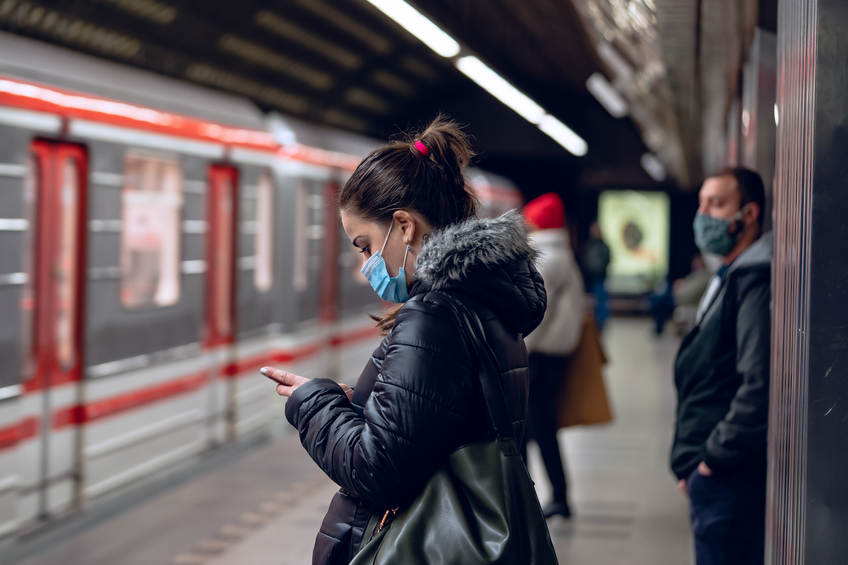 prazske metro zena rouska
